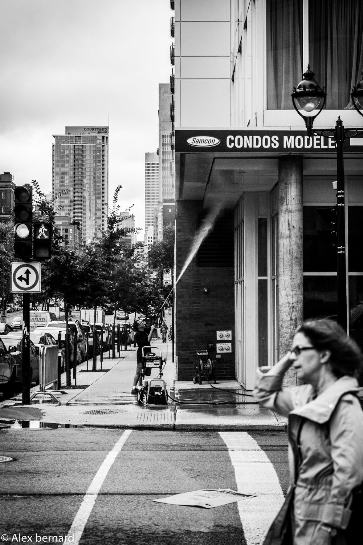 Cette photo a été prise au coin du boulevard René-Lévesque et de la rue St-Denis à #Montréal. J'imagine que c'est l'équivalent montréalais du citadin qui lave son entrée de cour avec le boyau d'arrosage: plus grosse maison, plus gros débit. On peut vraiment se demander s'il s'agit d'un modèle en matière d'usage de l'eau potable, D'autant plus qu'il avait plu ce matin.