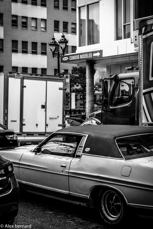 Prise au coin  du #boulevardRenéLévesque et de la #rueStDenis à   #Montréal  , je trouve que cette photo représente bien le sentiment d'être souvent pris sur place quand on circule en voiture dans la grande métropole québécoise.