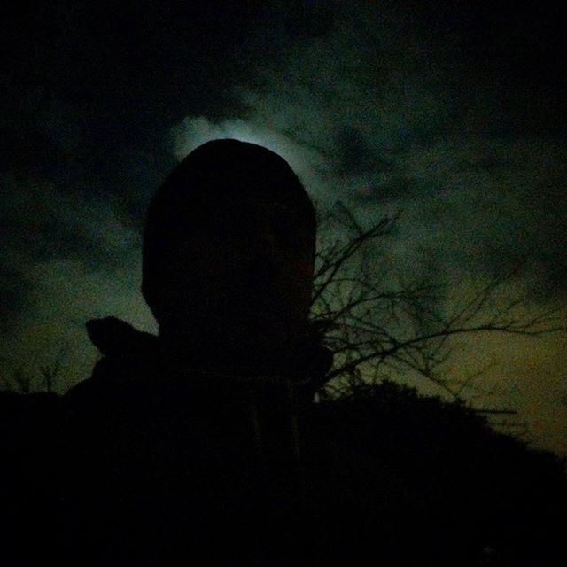 Dnes v noci mám stín.  #night #sky #moon #cloud #halo #shadow #man #tree #london #telegraphhillpark