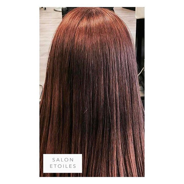 With temperatures warming, this client is ahead of the game by getting a #brazillianblowout to minimize any frizz.  Hair by @nasim.etoiel. . . . #salonetoiles #americansalon #btc #beauty #coiffure #hair #hairstyles #instahair #longhair #marylandhairstylist #renefurturer #redhair #shinnyhair #straighthair #healthyhair #viennava #virginiahairstylist #virginiahairsalon #blowout #blowdry #frizzfreehair