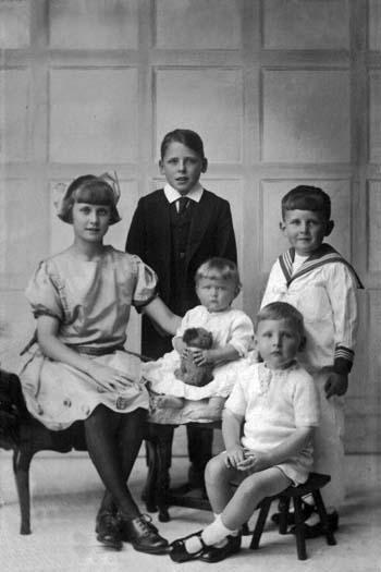 EdnaLesleyMargaretKennethNeil c1923.jpg