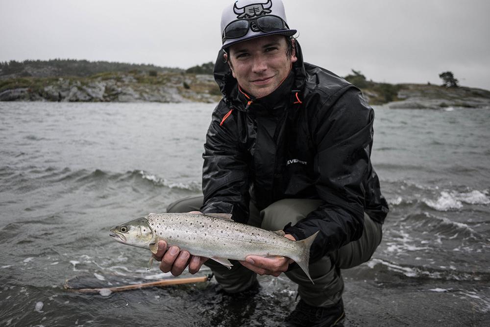 Simon-Berglund-med-sin-havsöring.jpg