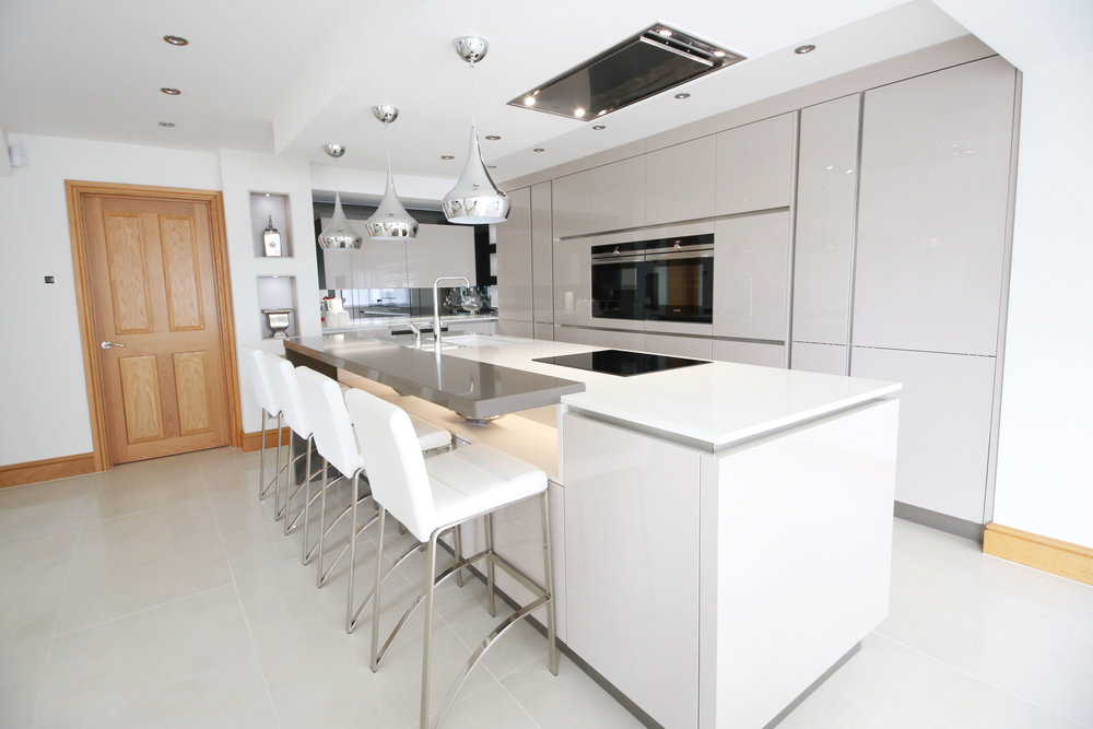 Shenley, WD7 - Cashmere Lacquers, Quartz, Mirrored glass and alcoves add elegance to this working kitchen.