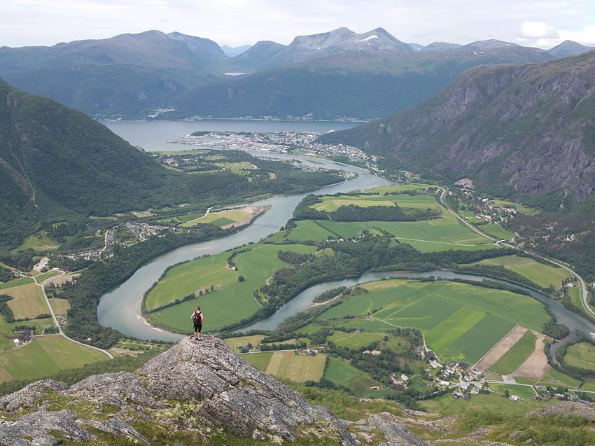 """Litt av Rauma elv. Bildet er tatt fra Adelsfjellet. Herfra kan du gå inn til Nordre Trolltind og se """"inn"""" i det mektige Trollveggen-massivet.Turen starter ved Soggeberget, kun 2 minutt kjøring fra campingen."""