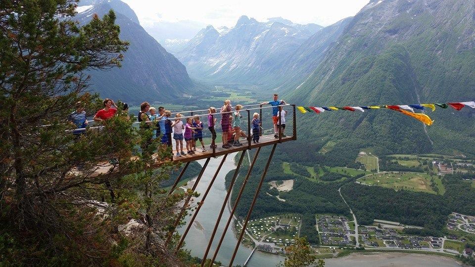 Utsiktspunktet Rampestreken. Åndalsnes Camping ligger i bakgrunnen ved siden av broen. Det tar ca 1,5 time å gå hit ifra campingen. En luftig opplevelse!