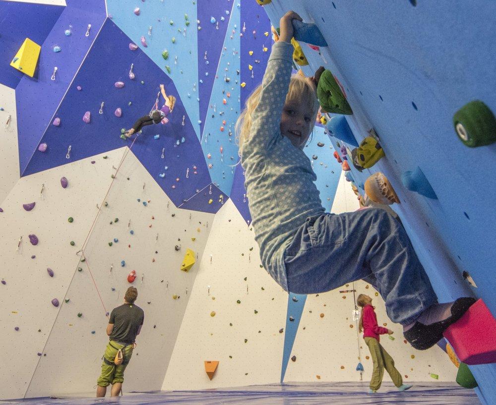 Her kan både voksne og små prøve seg på klatresportens utfordringer og gleder!