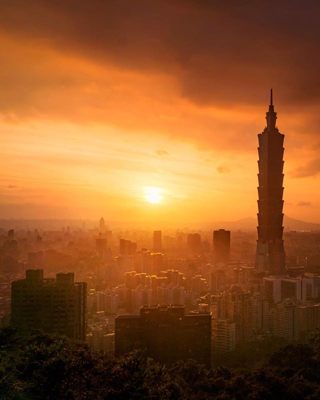 Sunset🌅 . 這個地方的光差比想像中的還要大 那時set好了timelapse 未能顧及單張拍攝 後製時亦難上加難😂 最有趣是在一個1米x1米的空間站了幾小時 . . . . . . . . .  #instapassport #thecreative #artofvisuals #aroundtheworldpix #ig_masterpiece #theprettycities #flashesofdelight #travelog #mytinyatlas #visualmobs #theglobewanderer #forahappymoment #exploringtheglobe #travelon #awesome_earthpix #campinassp #visualoflife #awesome_naturepix #roamtheplanet #unlimitedparadise #dametraveler #planetdiscovery #discoveryearth