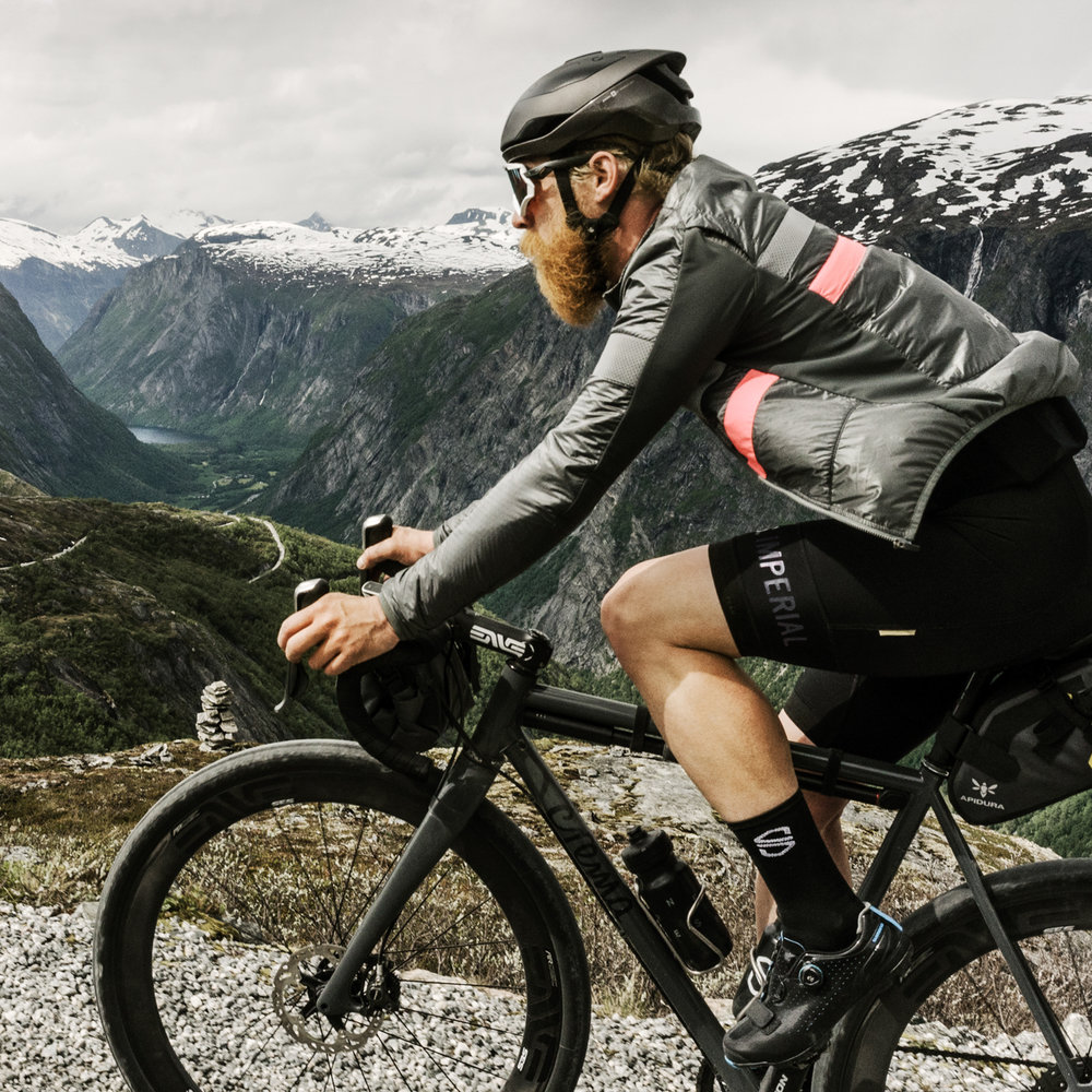 Outside is Free - All good things are threeVélochef takes us on an outdoor cooking adventure by gravel bike in Norway where we ride with him along gravel roads and through deep valleys. If you're just after the food, no sweat, all recipes are easily made at home.