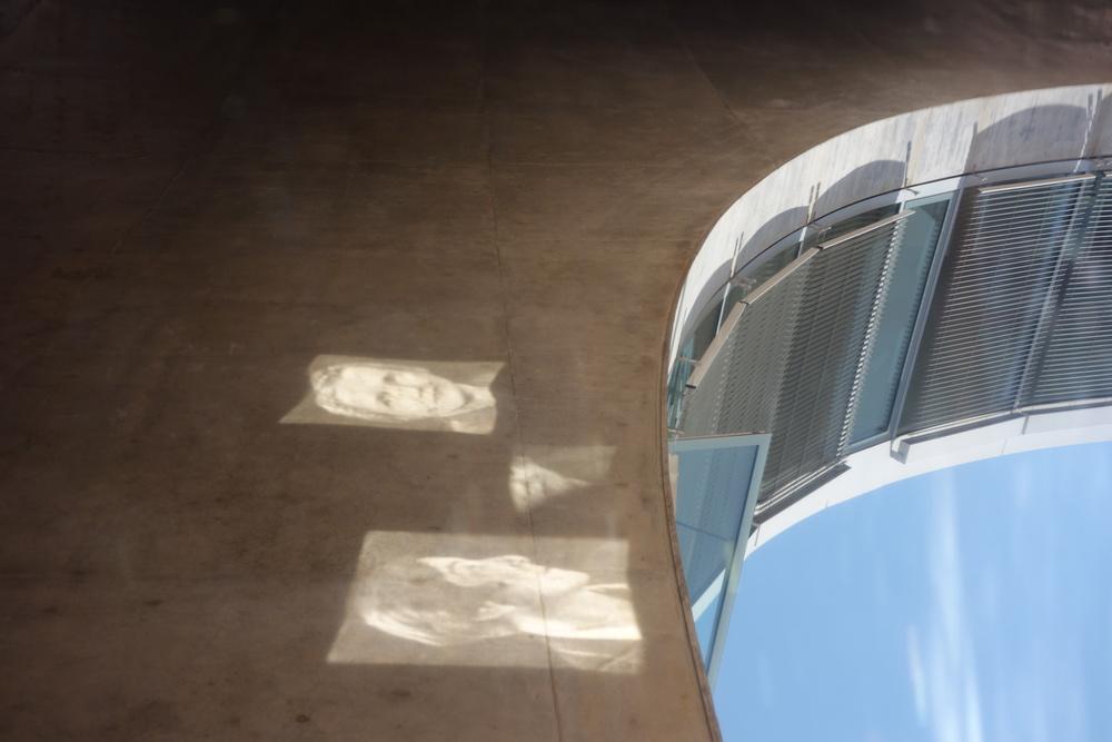 6 June 2015, 13:49 [[Sunlight reflected off the open window falls on the plate of Carson to create parts of a second portrait.///La lumière du soleil réfléchie par la fenêtre ouverte tombe sur la plaque de Carson pour créer des parties d'un second portrait.///Sonnenlicht reflektiert wird, die offenen Fenster fällt auf den Teller mit Carson, um Teile einer zweiten portrait erstellen.]]