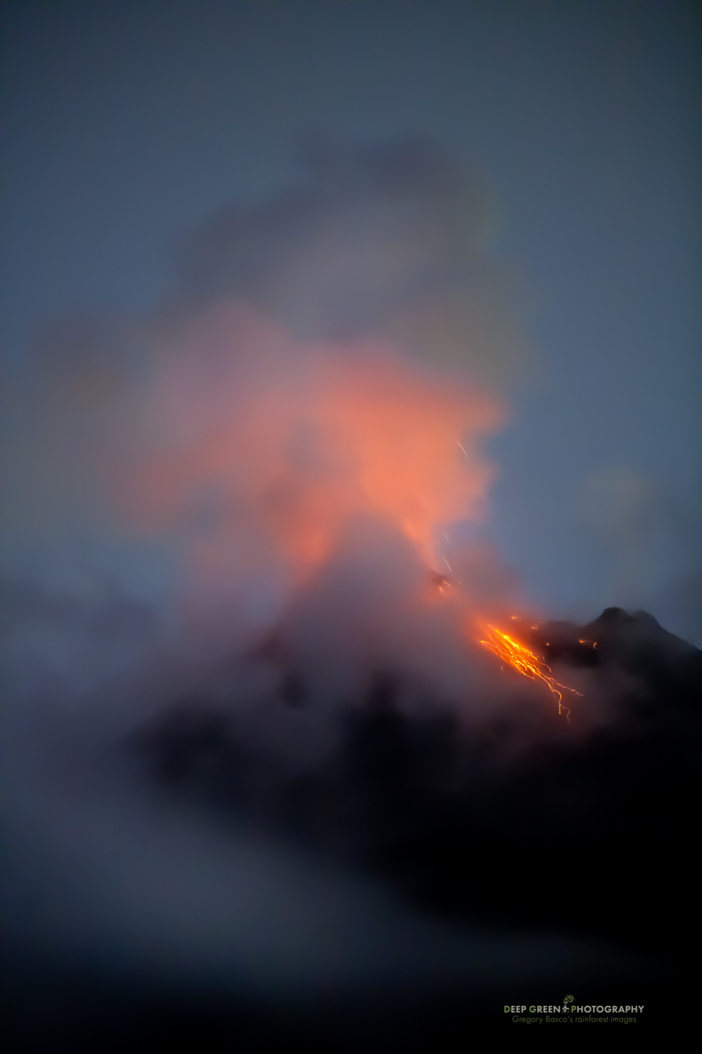 Arenal volcano erupts at night