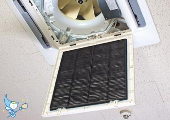 エアコンの吸入口のカバーを開きます。