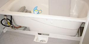 バスタブ下 - <清掃箇所>浴室バスタブ下+換気扇カバー常に湿気ているお風呂。表面はきれいにしていても、バスタブの下は汚れやカビの温床となっていて、真っ黒になっているなんて事も少なくありません。レンクリではエプロンカバーと呼ばれるバスタブのカバーを開けて、バスタブ下のカビを高圧洗浄で一気に撃退!「浴室ハイブリッドコート」と「タブ下ハイブリッドコート」を施せば浴室のカビ対策はバッチリ!