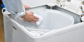 <三河支店限定>全自動洗濯機クリーニング - <清掃箇所>洗濯機内部、洗濯槽洗濯機を長年使っていると、洗濯槽の内部はいつもキレイでも、洗濯槽の外側は誰も洗ってくれないため、ホコリやカビが溜まって汚れてしまいます。レンクリでは洗濯槽を洗濯機から取り外し、内部のカビや雑菌、汚れを除去します。市販の洗剤やカビ取り剤では取り切れない、頑固なカビや汚れをキレイに洗浄いたします。※ドラム式、日立ビートウォッシュはお受けできません。