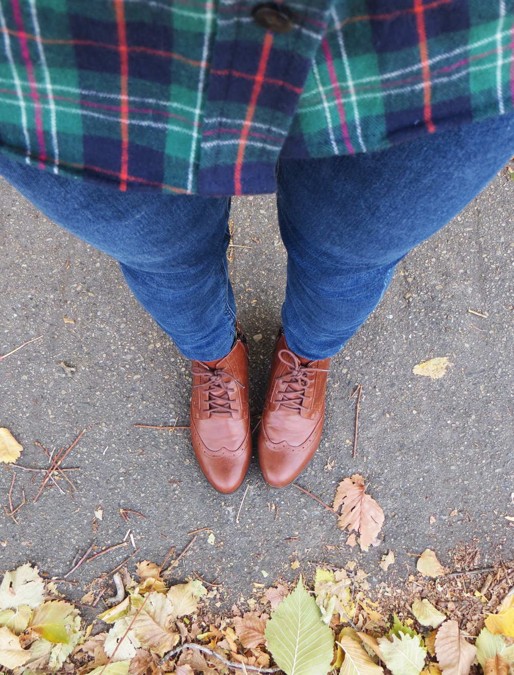 Green plaid flannel shirt + legging jeans + lace-up boots — Cotton Cashmere Cat Hair