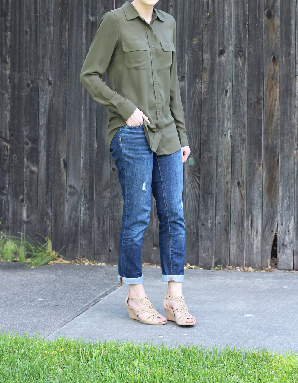 Spring outfit: Olive green shirt + boyfriend jeans + beige wedged sandals — Cotton Cashmere Cat Hair