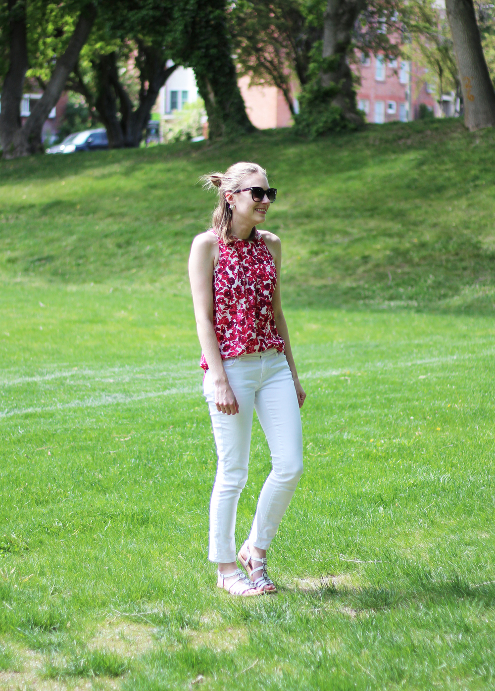 Who What Wear floral tank, white skinny jeans, white sandals — Cotton Cashmere Cat Hair