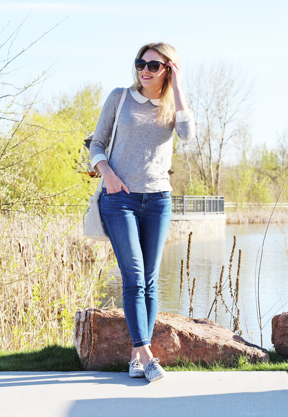Simple spring outfit with Peter Pan collar top and skinny jeans — Cotton Cashmere Cat Hair
