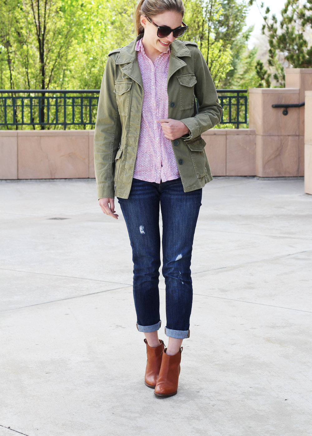 Army green utility jacket outfit with boyfriend jeans and ankle boots — Cotton Cashmere Cat Hair