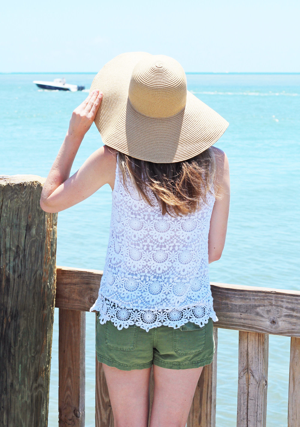 Casual summer outfit with white lace top and straw sun hat — Cotton Cashmere Cat Hair