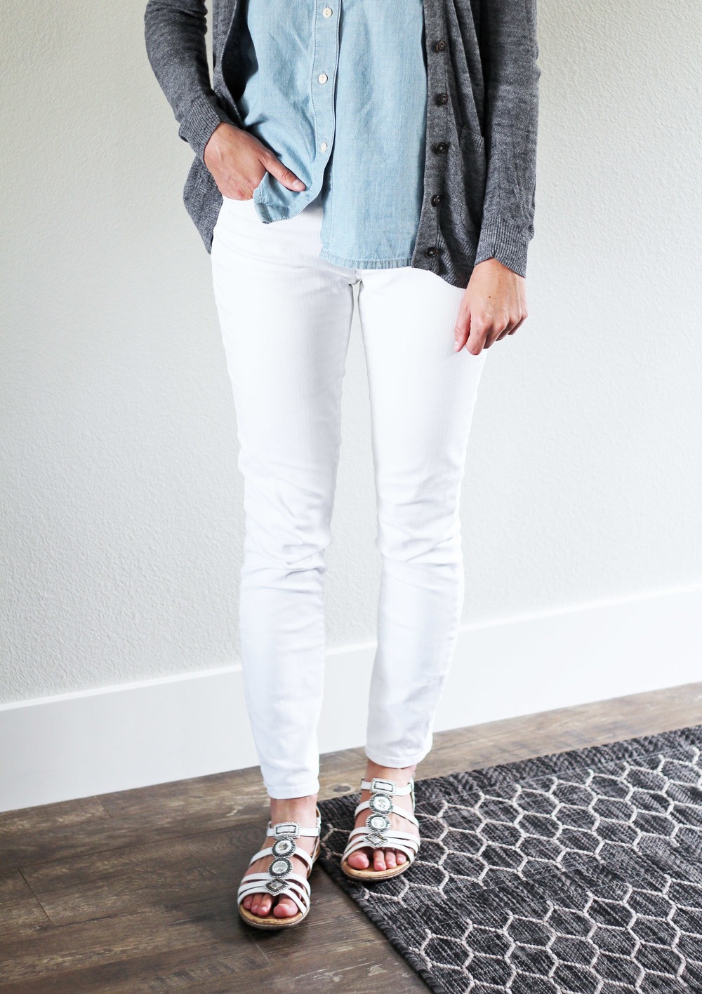 White skinny jeans outfit with chambray shirt and white sandals — Cotton Cashmere Cat Hair