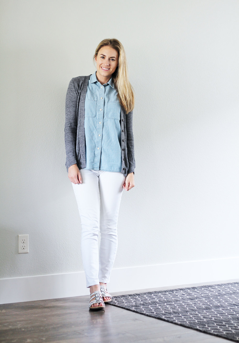 Summer work outfit with chambray shirt and white skinny jeans — Cotton Cashmere Cat Hair