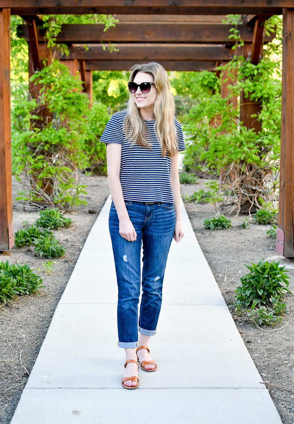 Casual spring outfit with boyfriend jeans — Cotton Cashmere Cat Hair