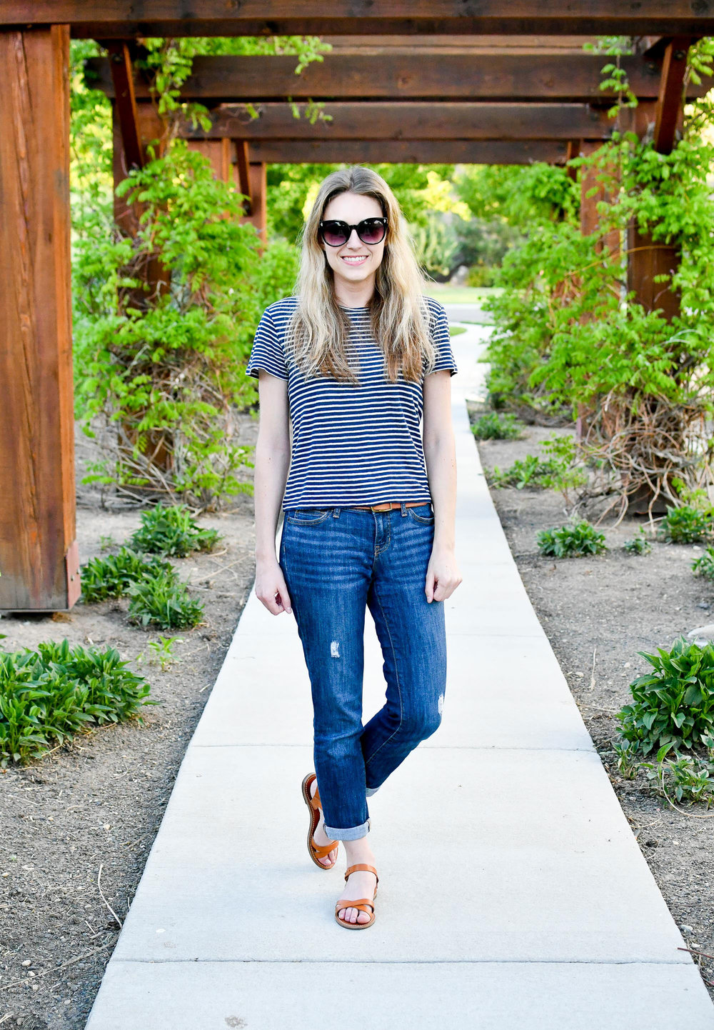 Boyfriend jeans outfit with sandals — Cotton Cashmere Cat Hair
