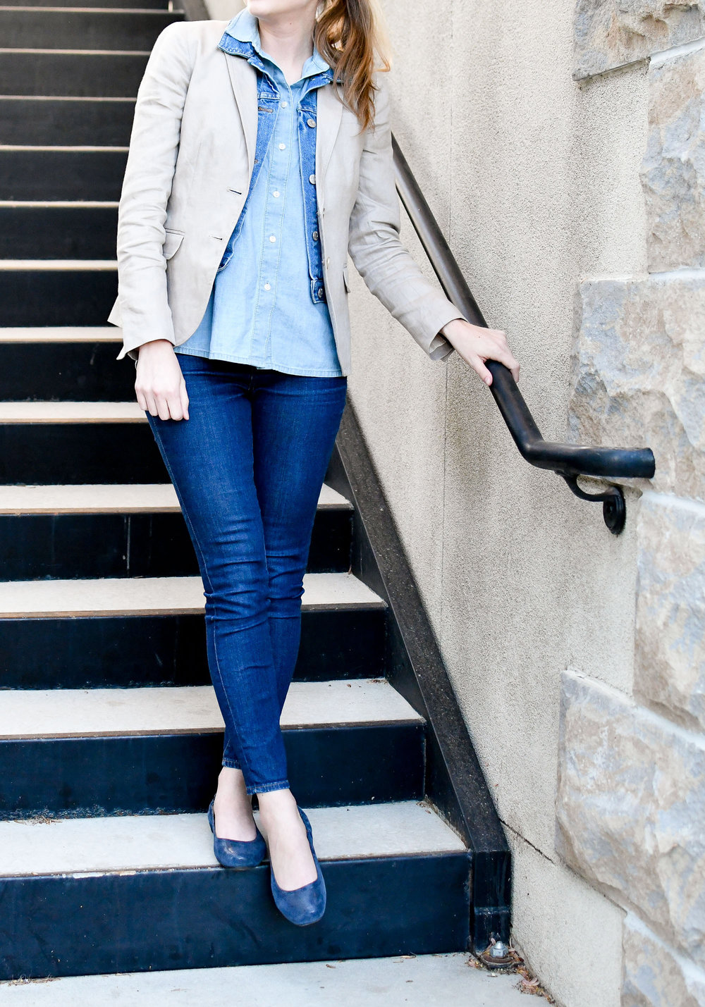 Linen blazer spring outfit with chambray shirt and jeans — Cotton Cashmere Cat Hair