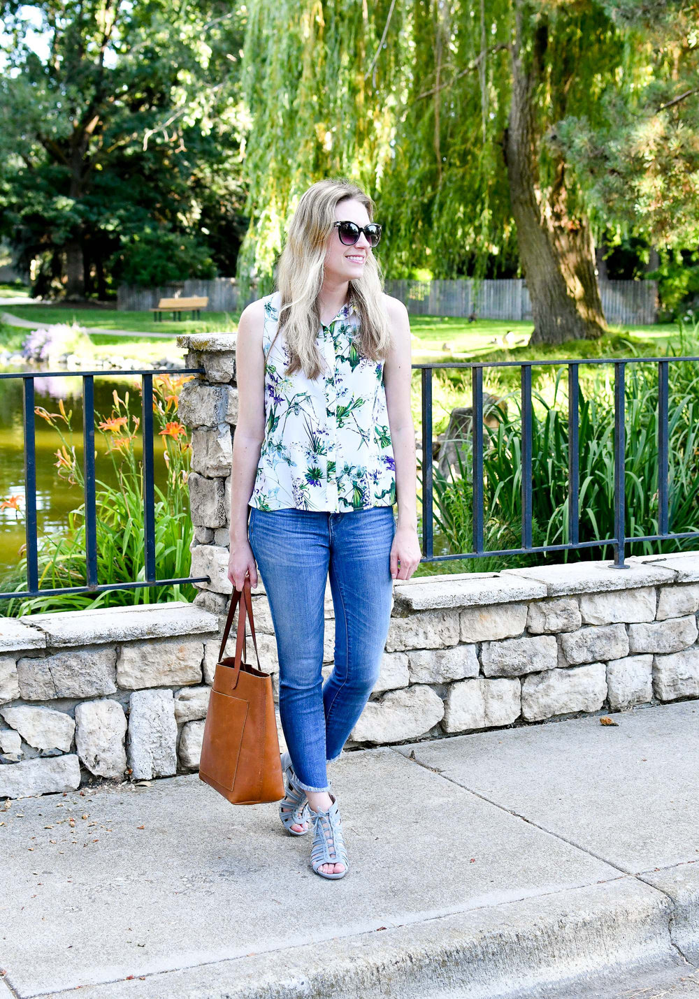 Summer work outfit with tropical print and skinny jeans — Cotton Cashmere Cat Hair