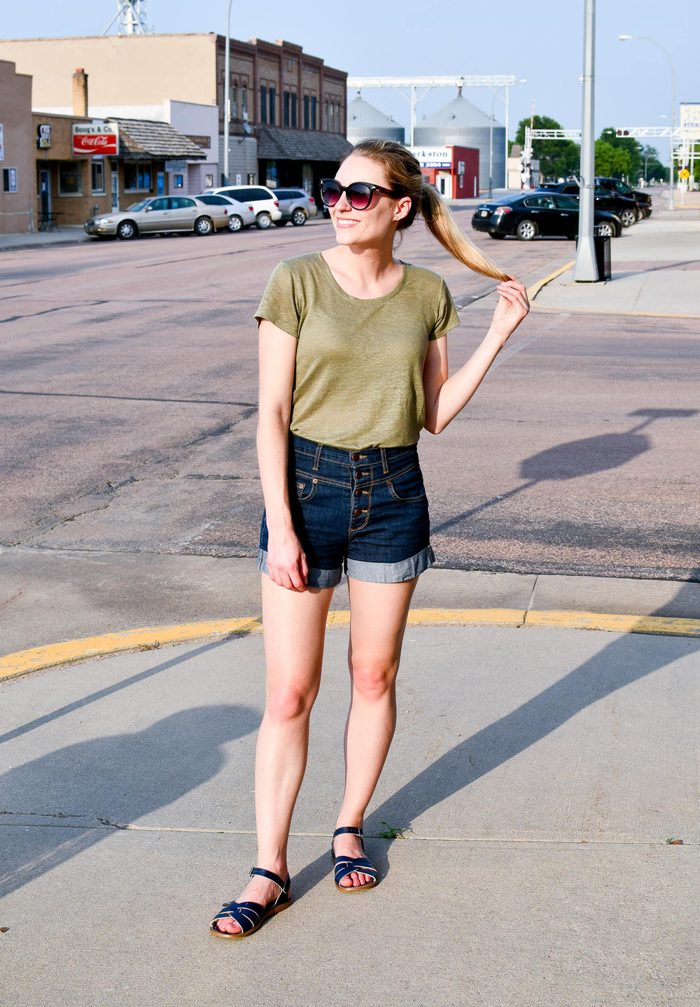Summer style with green linen tee — Cotton Cashmere Cat Hair
