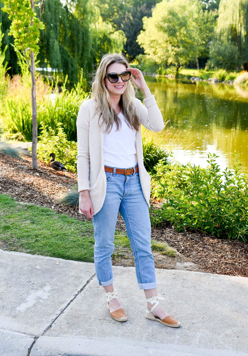 Casual work outfit with Everlane boyfriend jeans — Cotton Cashmere Cat Hair