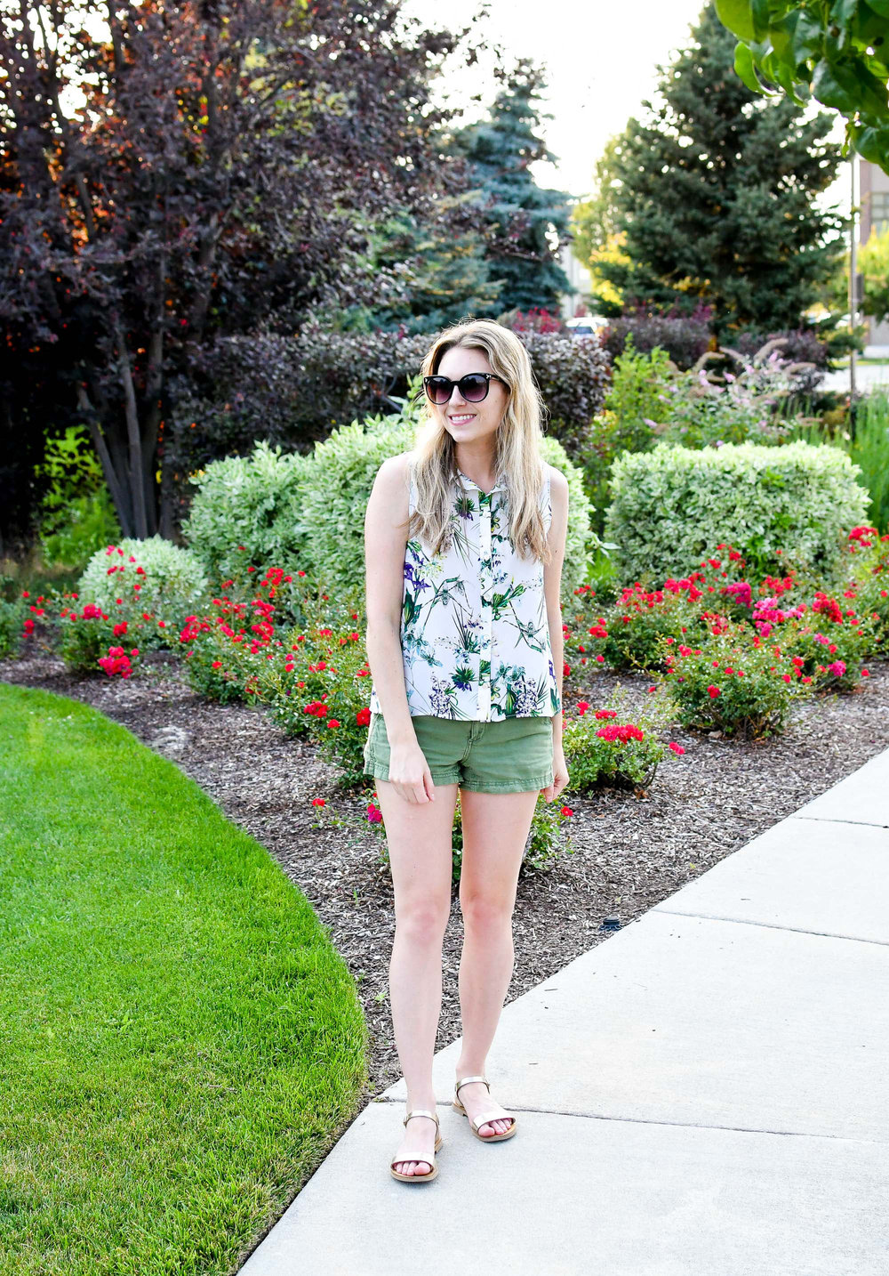 Summer outfit with green shorts and gold sandals — Cotton Cashmere Cat Hair