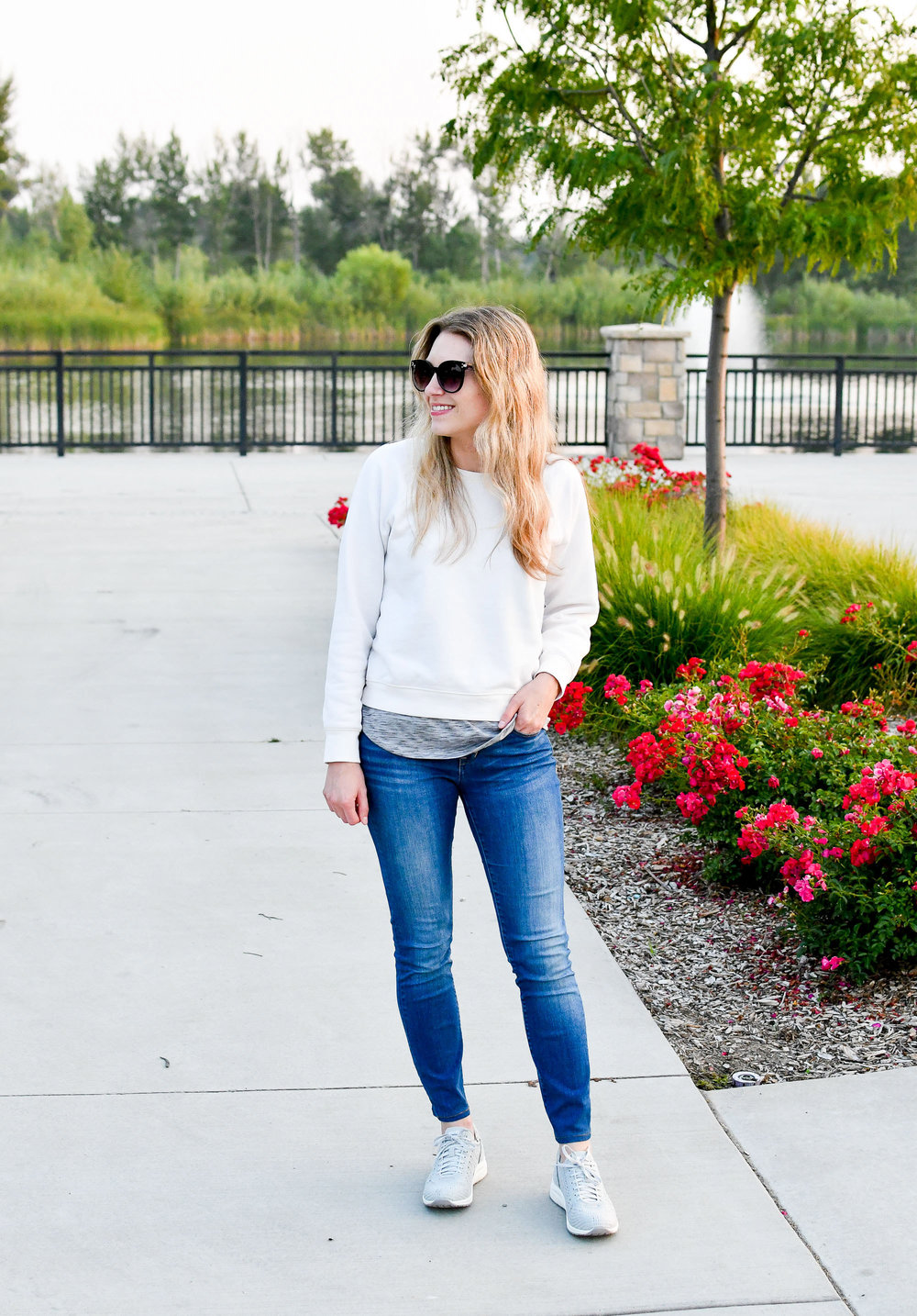 Casual summer outfit with sweatshirt and sneakers — Cotton Cashmere Cat Hair