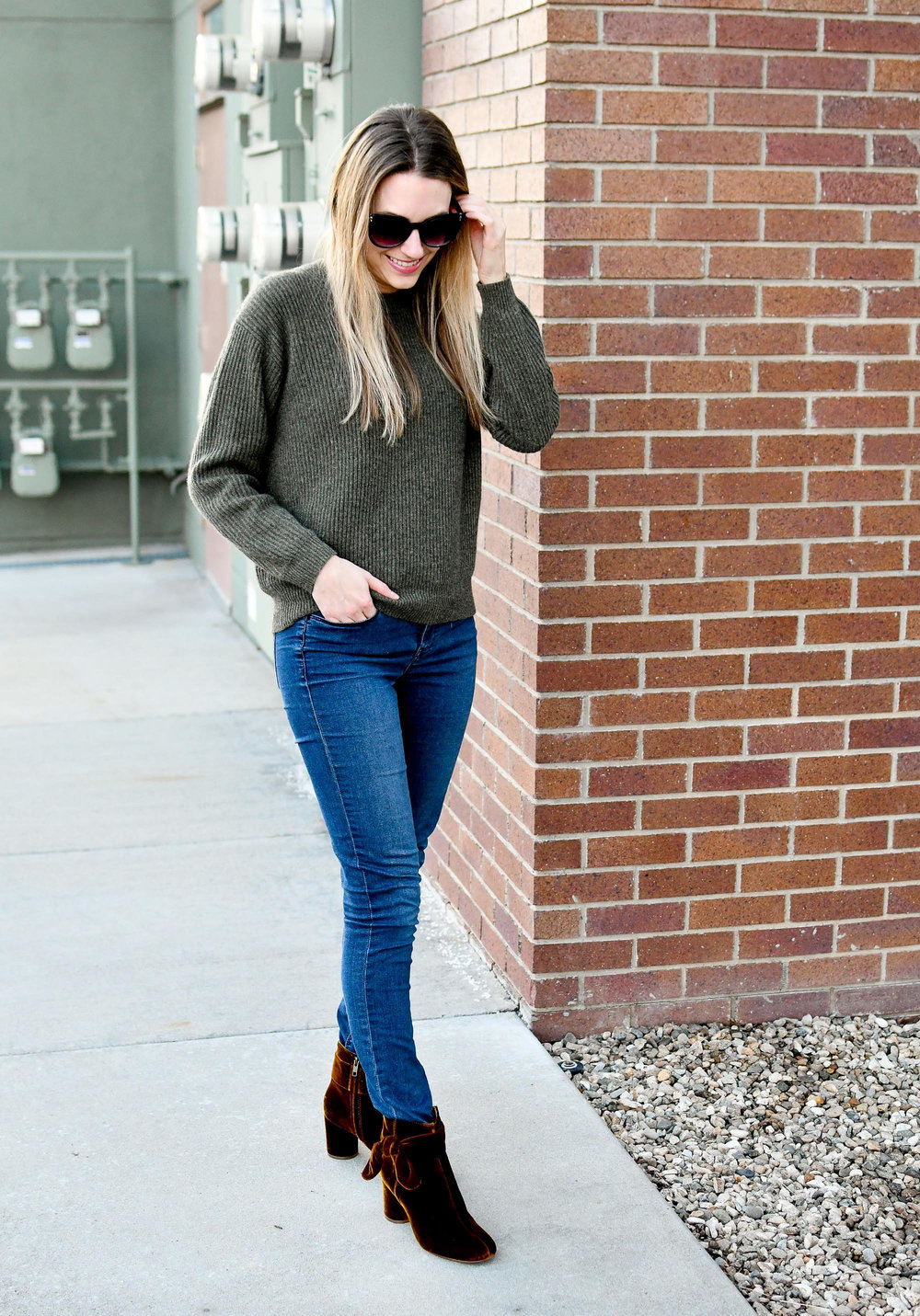 Green cashmere sweater winter outfit with skinny jeans and bow ankle boots in velvet — Cotton Cashmere Cat Hair