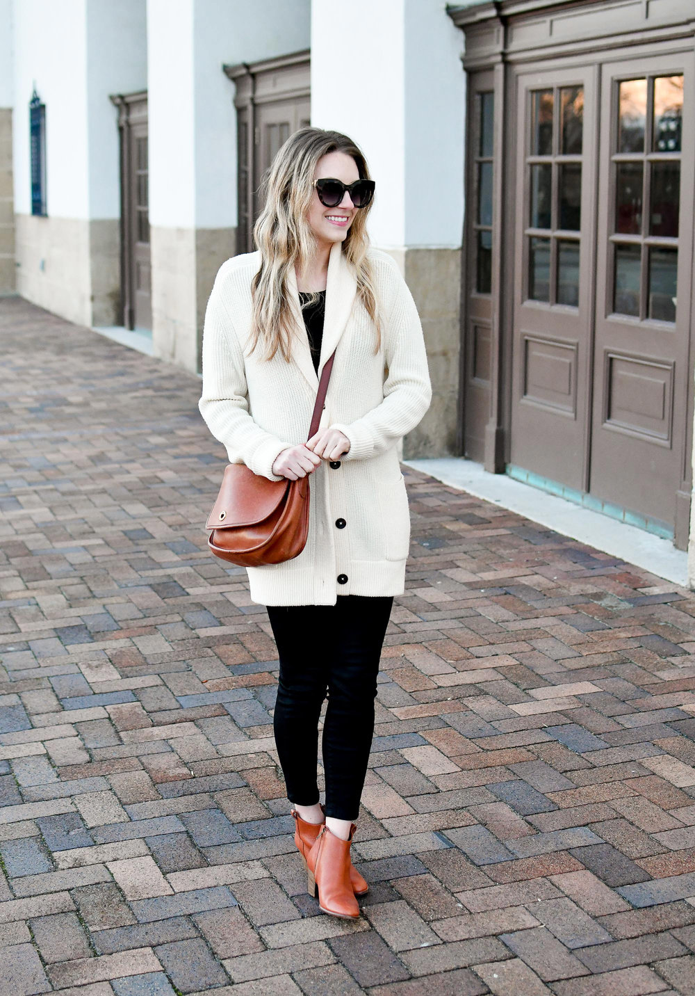 Casual winter outfit with chunky knit cardigan, black denim, cognac accessories — Cotton Cashmere Cat Hair