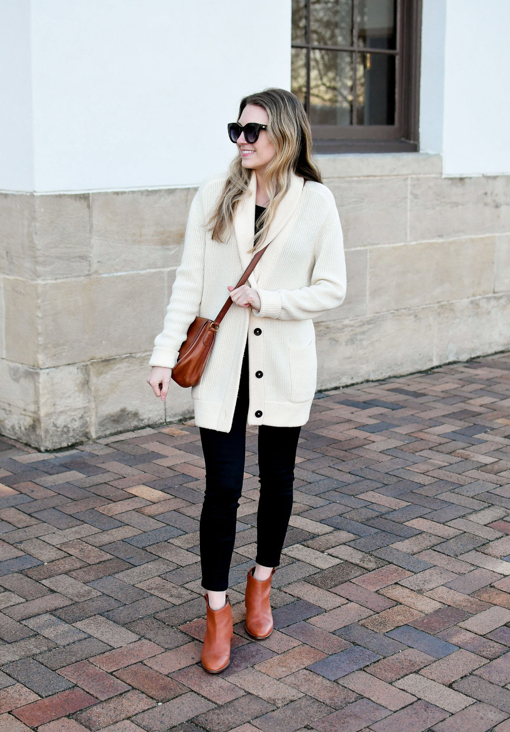 Black denim winter outfit with ivory cardigan and cognac ankle boots — Cotton Cashmere Cat Hair
