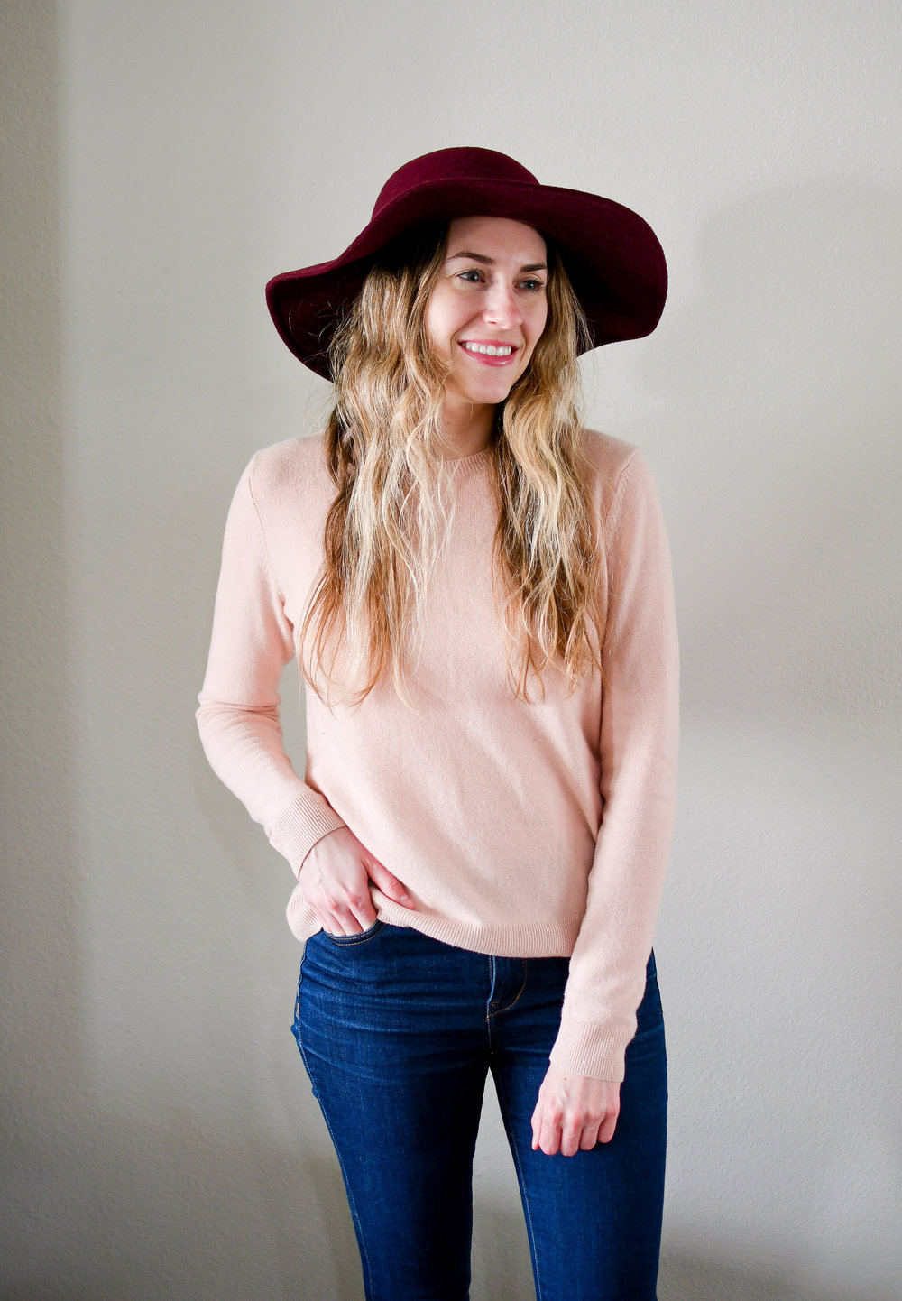 Pink cashmere sweater outfit with burgundy hat — Cotton Cashmere Cat Hair