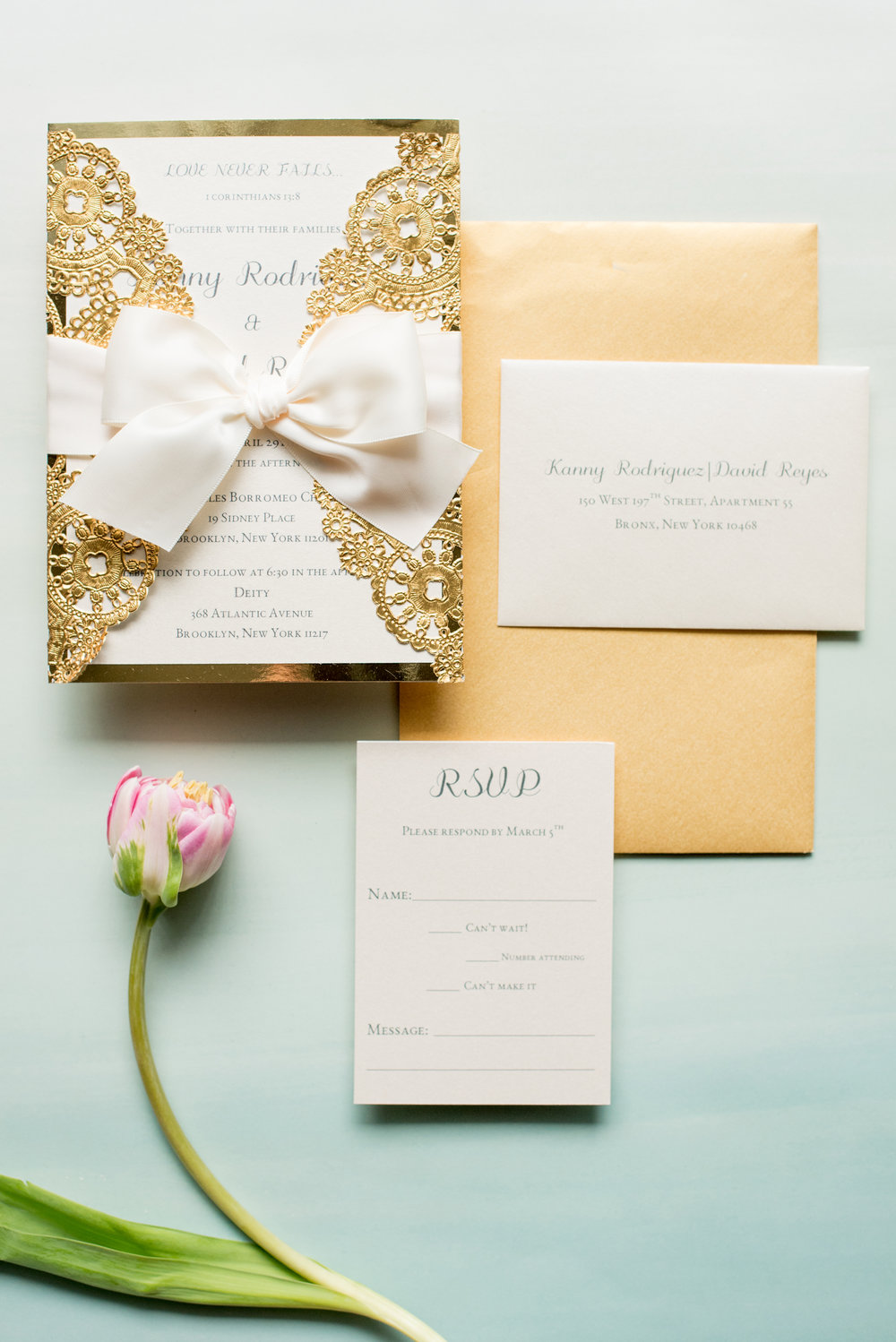 All about the gold accents! I loved these wedding invitations