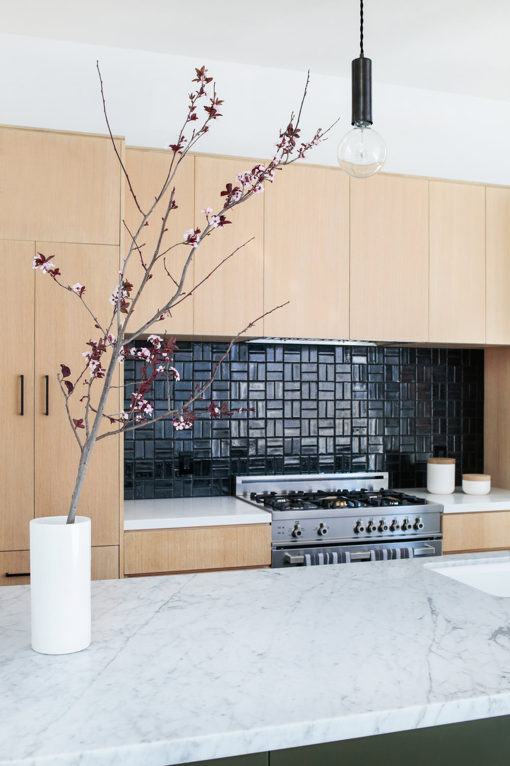 20 GORGEOUS KITCHENS WITH GLOSSY & REFLECTIVE TILES - Get creative with your backsplash. BY BRITTANY COST