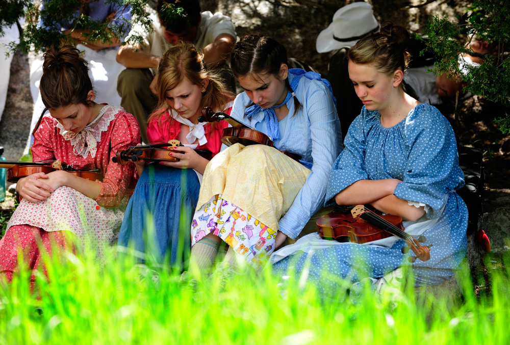 20090618_MORMON_TREK_GIRLS_PRAY.jpg