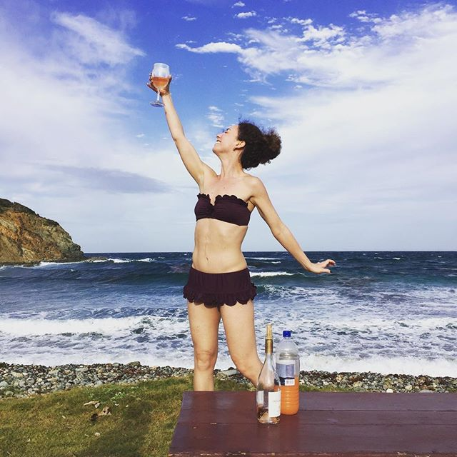 This is the way to celebrate 🎉 LIFE! Everything about this makes me happy. On @mustiqueisland 🌴 📸@galitschwarz #mustique #mustiqueisland #mustiquemoments #rutlandbay #celebratelife #roseallday #rosèallday