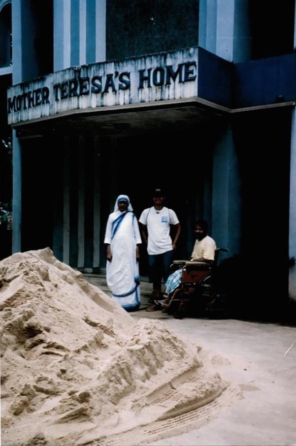 Inicio de la Madre Teresa para los moribundos y en la miseria, la India, 2004