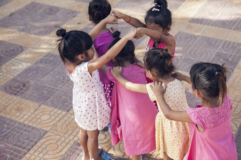 t1h_playing_girls_dancing-2_small.jpg