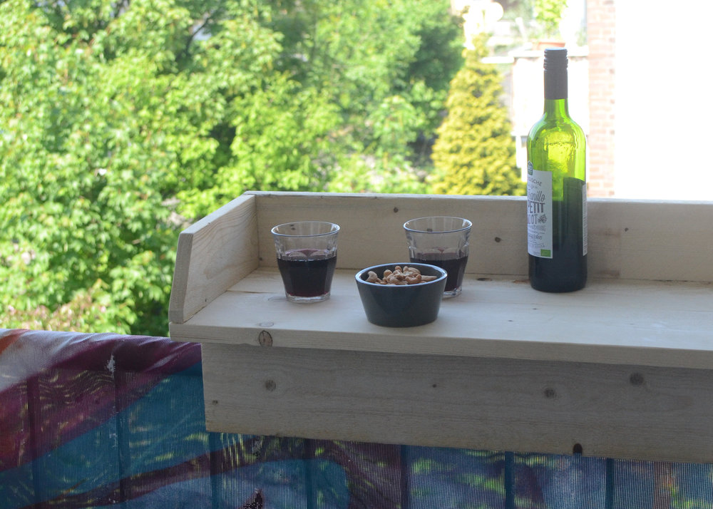 Workshop: Maak een balkonbarretje - Geniet van de zon! Met dit balkonbarretje tover je je balkon railing om tot een bar, een goed vooruitzicht nu de zomer er aan komt!