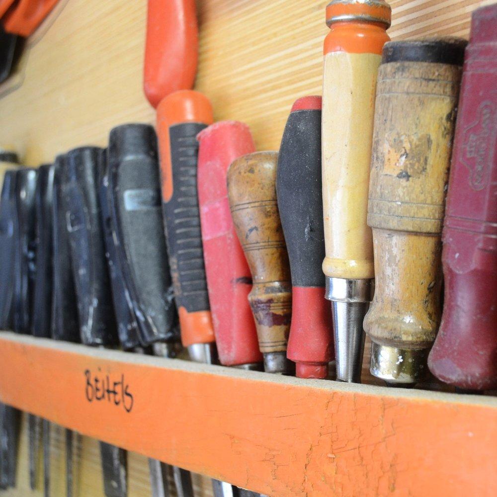 Openbare Werkplaats Met de verhuur van werkbanken bieden we een praktische en inspirerende plek voor klussers. Maak ook gebruik van onze tools. Bekijk de werkplaats.