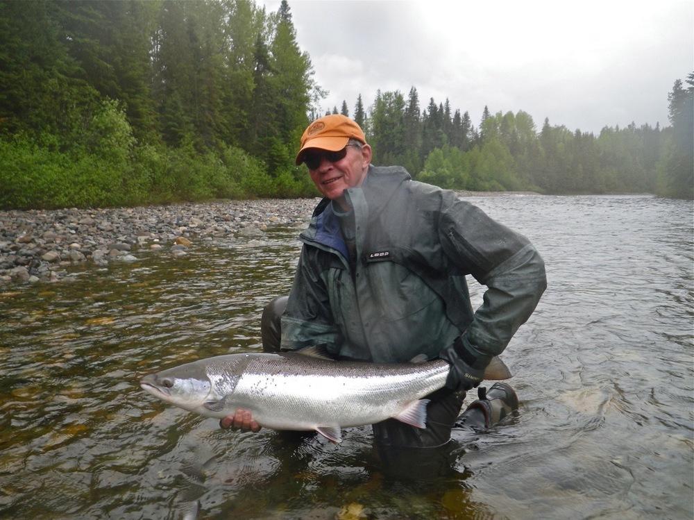 Bob Schoeller, un habitué du Camp Bonaventure, et son premier saumon de 2015. Belle prise, Bob!