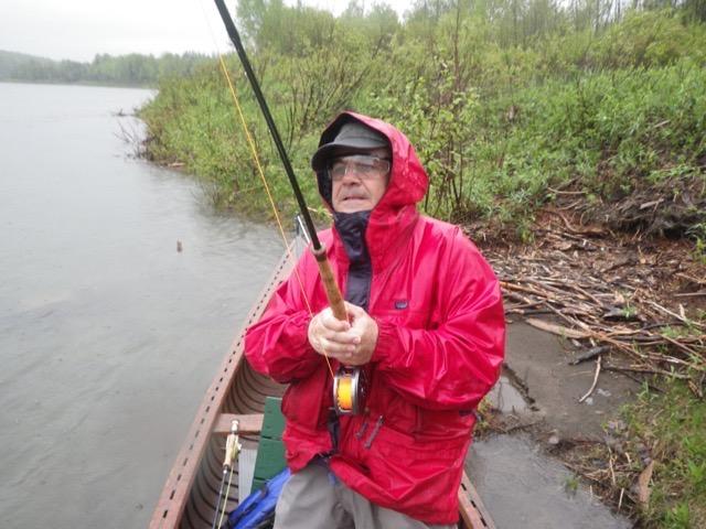Stefano, de l'Italie, taquine son premier saumon atlantique sous la pluie mercredi.