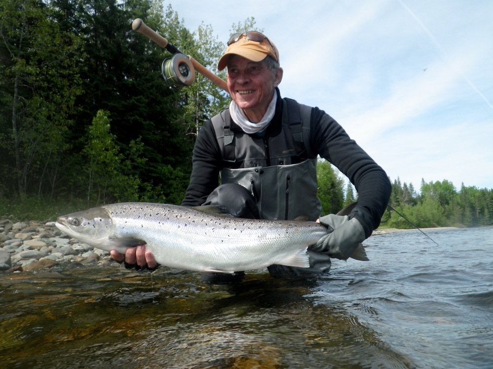Bob Schoeller, un habitué du Camp Bonaventure, et son premier saumon de 2016. Belle prise, Bob!