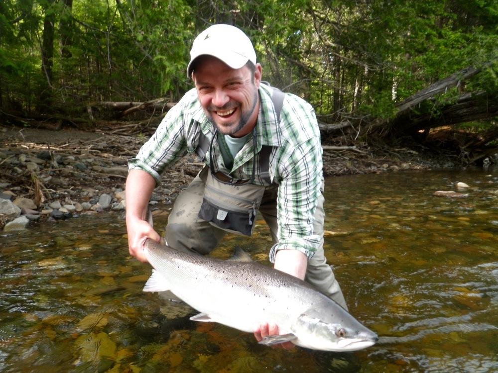 Steve Brigger tient son premier saumon atlantique. Belle prise, Steve!
