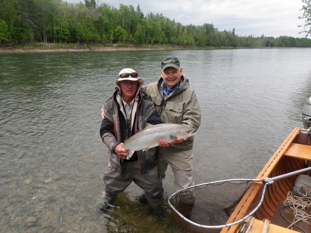 Bill Willson (à droite) et le guide du Camp Bonaventure, Orrin Briard, et un beau saumon pris dans la Bonaventure. Félicitations, Bill!